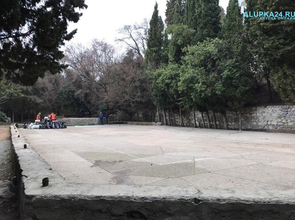 В Алупке начали строительство детской площадки в центре города 2
