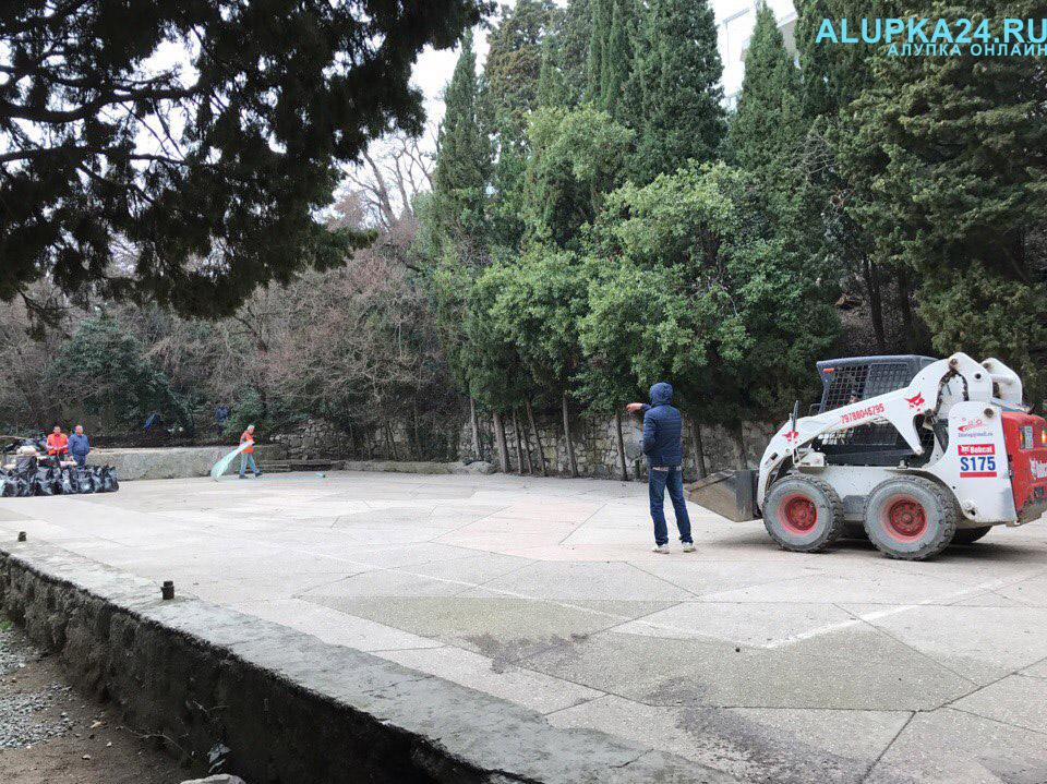 В Алупке начали строительство детской площадки в центре города 3