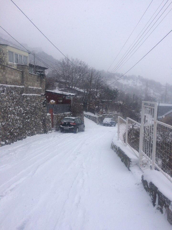 Снег парализовал движение транспорта в Алупке
