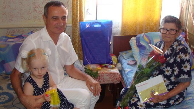 В Алупке с 90-летним юбилеем поздравили Александру Ковальчук и Абдулу Тохтарова