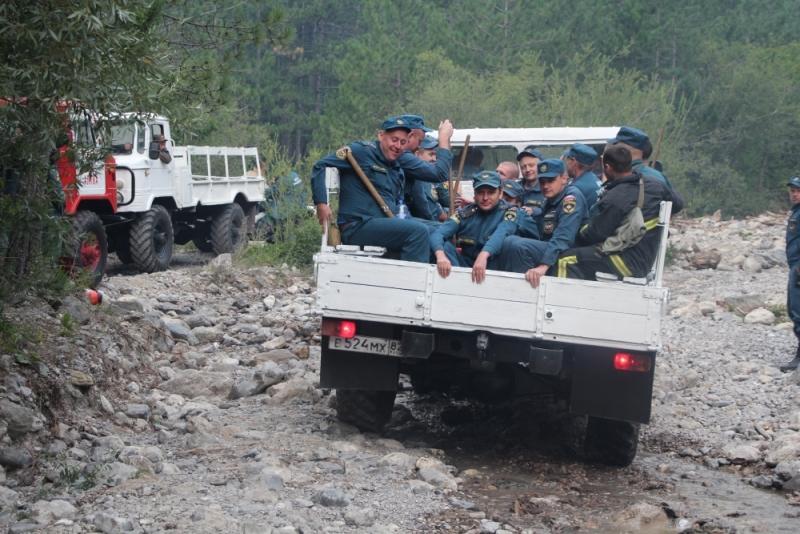 В Ялте третий день тушат лесной пожар (Фото: пресс-служба МЧС) 8