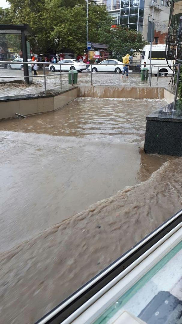 Дождливые катаклизмы в Ялте: подземные переходы полностью заполнились водой 2