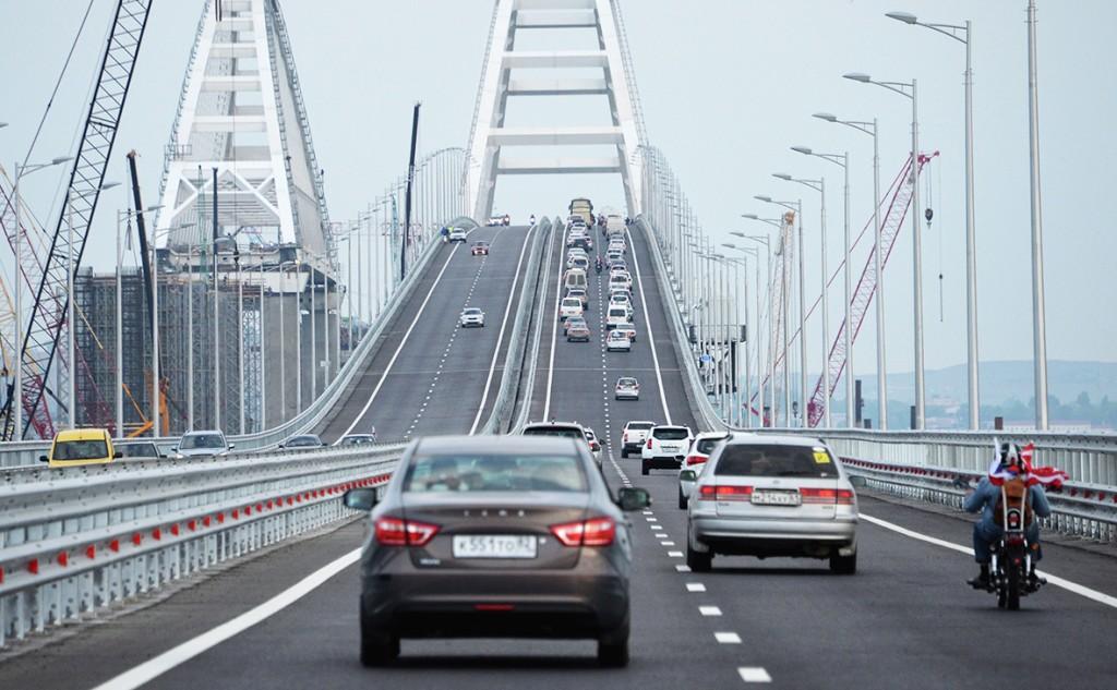 По Крымскому мосту открыли движение для большегрузов, но бензовозы всё ещё не пустили