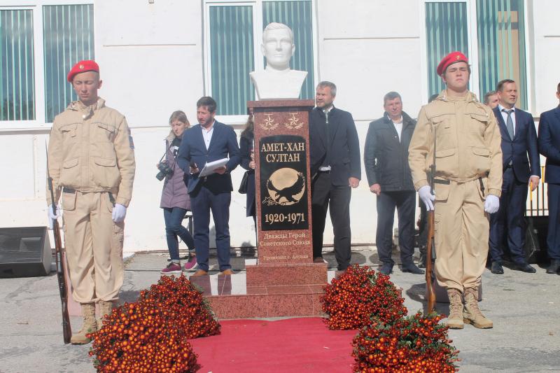 В Алупке установили бюст Амет-Хану Султану