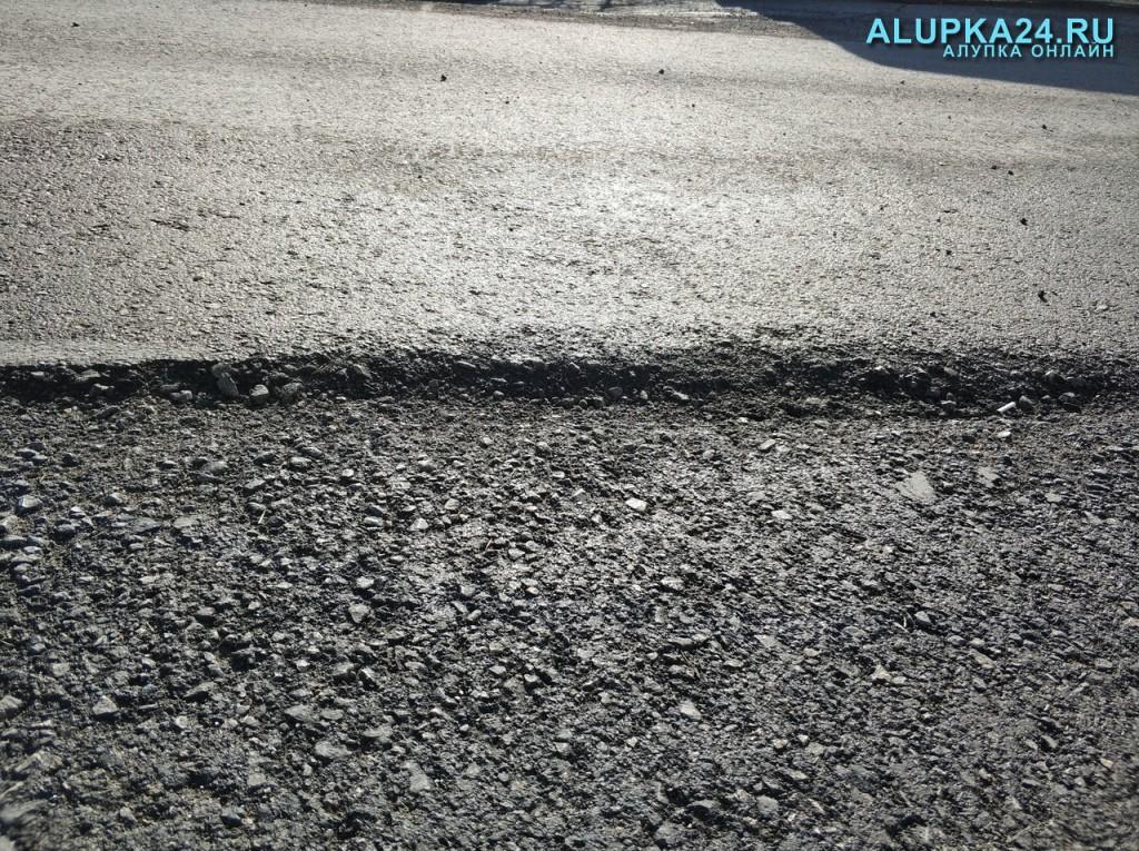 Власти Ялты проверили развалившийся ремонт дорог в Алупке