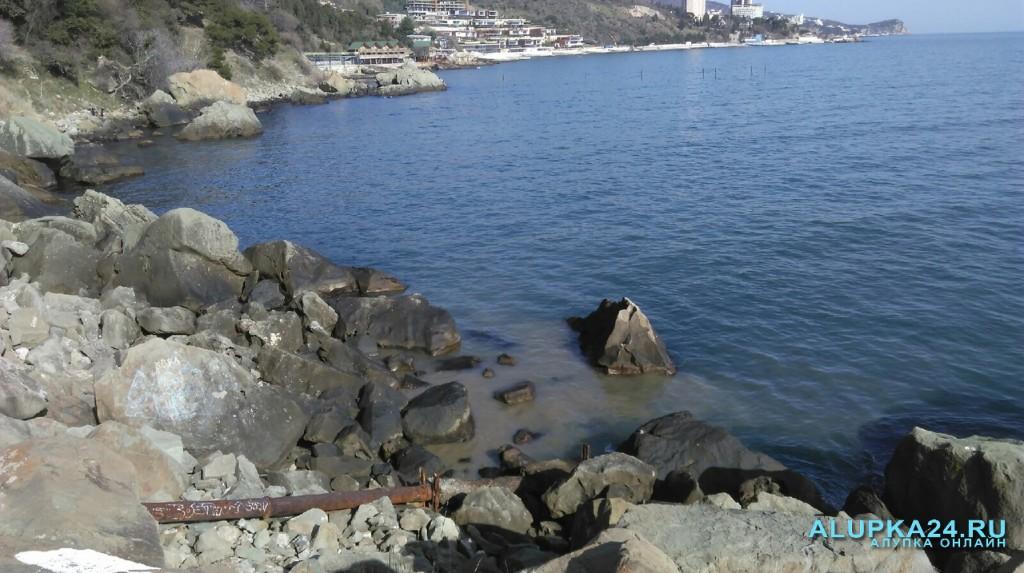 В Алупке возле моря прорвало канализацию