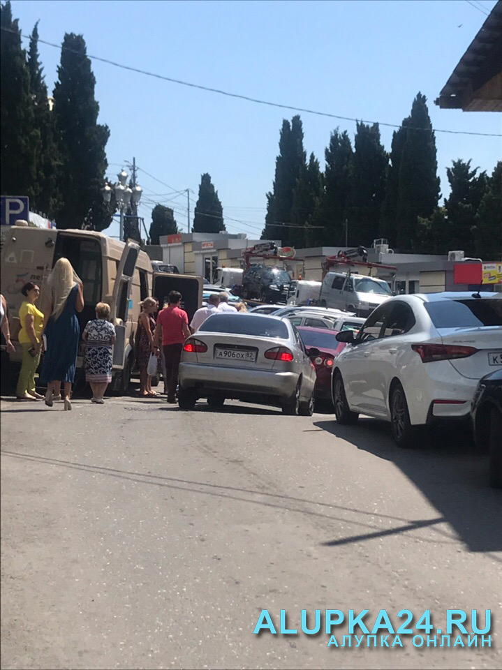 В Алупке от автостанции запретили проезд во дворец и парк